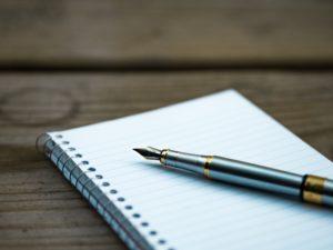 un cahier et un stylo pour une prise de notes rapide et efficace