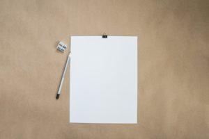 une feuille sur un support rigide pour une meilleure prise de notes