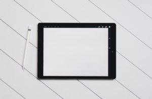 Une tablette et un stylet pour prendre des notes