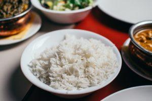 une assiette de riz et un bol de légumes