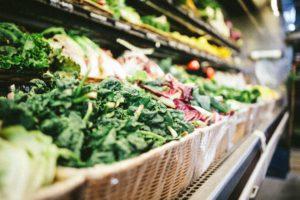 un étal de fruits et légumes, ingrédients peu présents dans le Simplissime étudiant