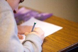 étudiant rédigeant une dissertation