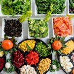 Des plats avec des légumes coupés en morceaux de différentes couleurs