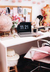 un bureau avec un moodboard pour l'inspiration et la motivation