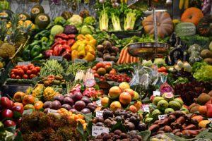 Étalage de fruits et légumes pour une alimentation saine pour diminuer le stress des examens