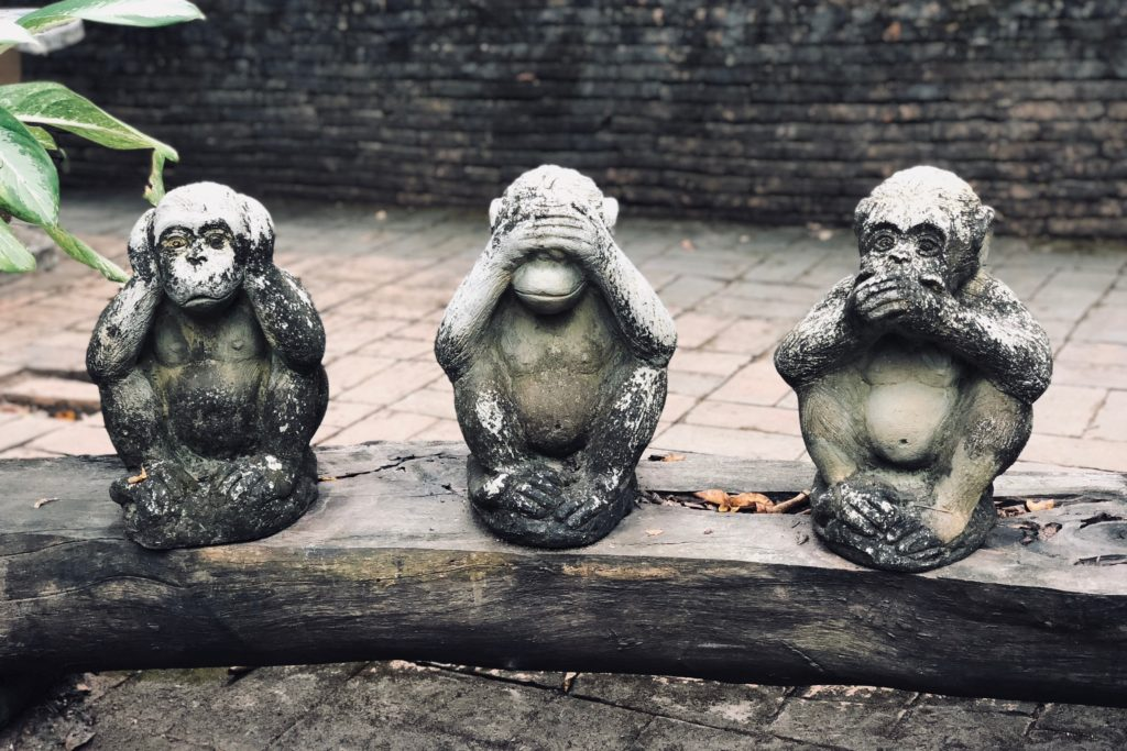 statuettes de 3 singes se bouchant les oreilles, les yeux et la bouche