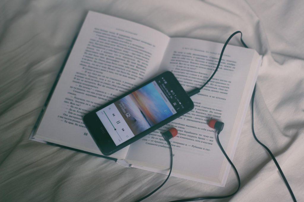 un smartphone et un livre : deux instruments pour booster votre culture générale