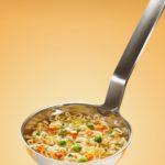 louche contenant une soupe de légumes avec des vermicelles