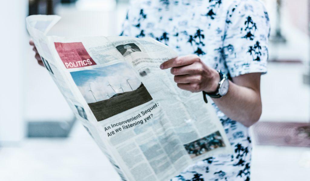 Personne lisant le journal pour améliorer sa culture générale