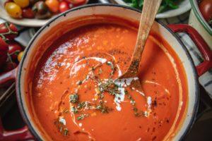Soupe de tomate dans un bol