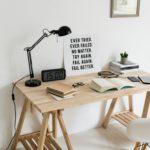Un bureau bien organisé avec une phrase inspirante