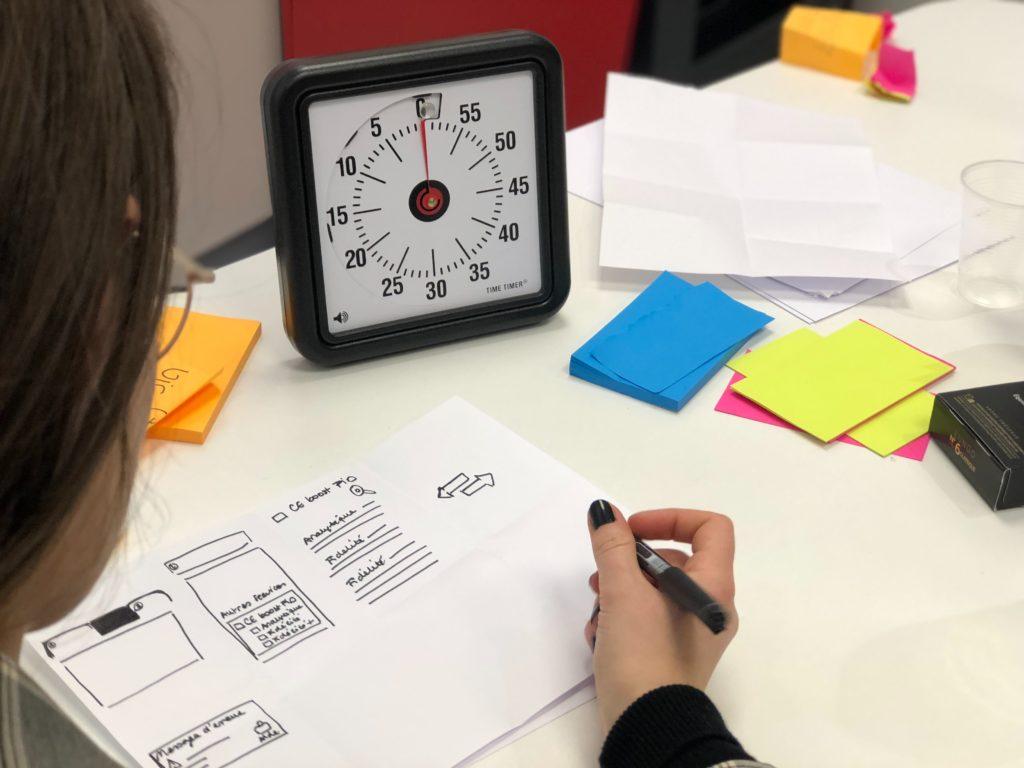 personne travaillant avec un minuteur illustrant la technique Pomodoro