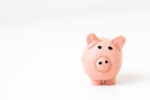 tirelire en forme de cochon pour économiser sur son budget étudiant