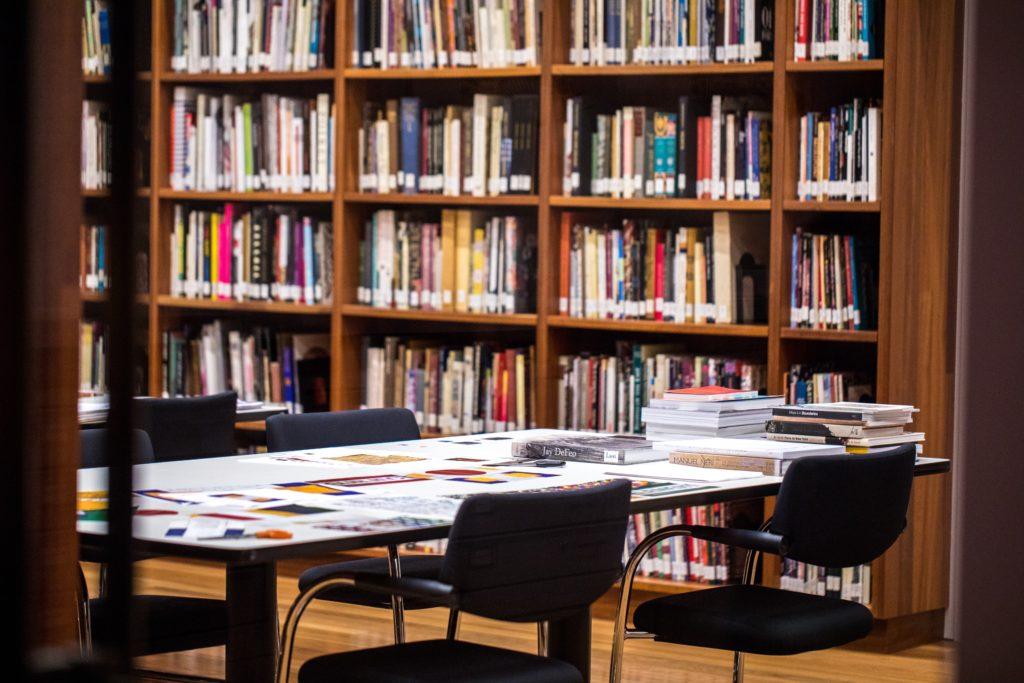 recherches à la bibliothèque pour rédiger ensuite son mémoire de recherche