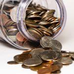 pot renversé avec des pièces de monnaie