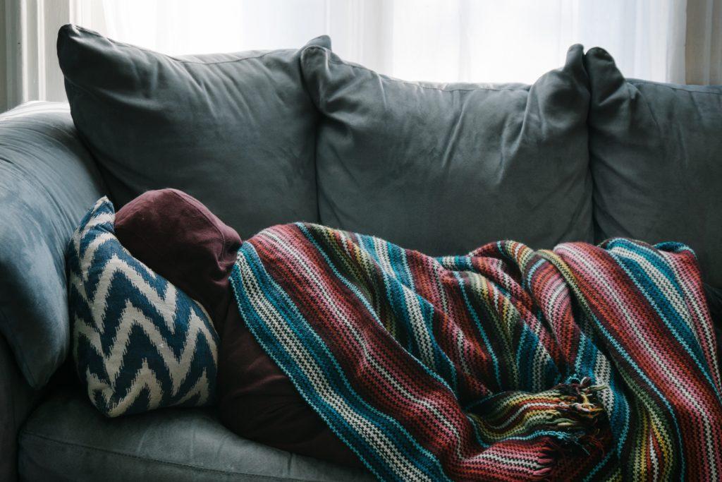 personne allongée sur un canapé victime de burn-out étudiant