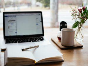 Un ordinateur et un planning pour gérer son temps
