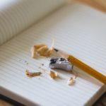 Un papier et un crayon : deux outils indispensables pour réviser