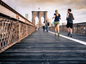 2 personnes courant sur un pont, activité sportive pour combattre le stress des examens