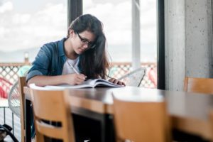 jeune fille travaillant sur un livre