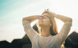 Jeune fille profitant du soleil et se relaxant pour déstresser
