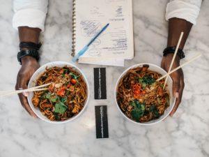 bol de nouilles chinoises et légumes pour recettes spéciales étudiants