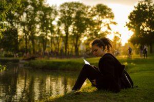 Jeune fille relisant sa fiche de révisions au bord de l'eau