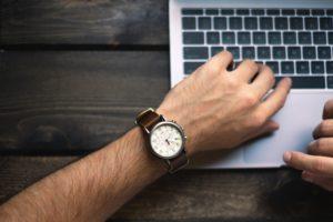 une montre sur un poignée d'homme