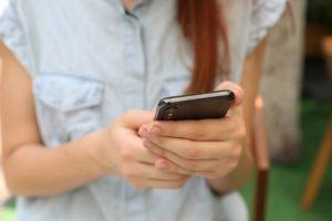 Jeune fille sur son smartphone procrastinant