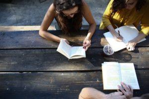 étudiantes travaillant ensemble sur une table