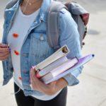 étudiante portant des livres