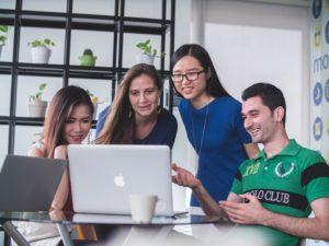 étudiants travaillant ensemble autour d'un ordinateur