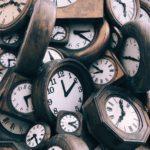 multiples vielles horloges enchevetrées