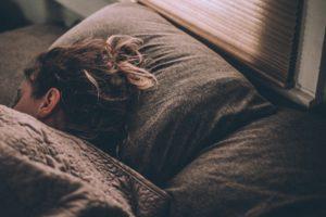 Jeune femme dormant d'un sommeil réparateur pour être en pleine forme