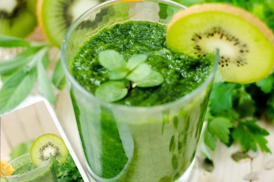 un verre contenant un jus vert pour une meilleure hygiène de vie