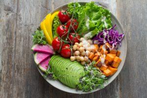 une assiette de crudités pour manger healthy