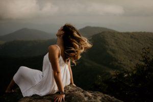 jeune femme respirant à plein poumon comme dans l'exercice de sophrologie pour se détendre