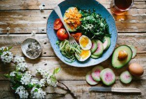 assiette pour manger healthy avec des légumes et des oeufs